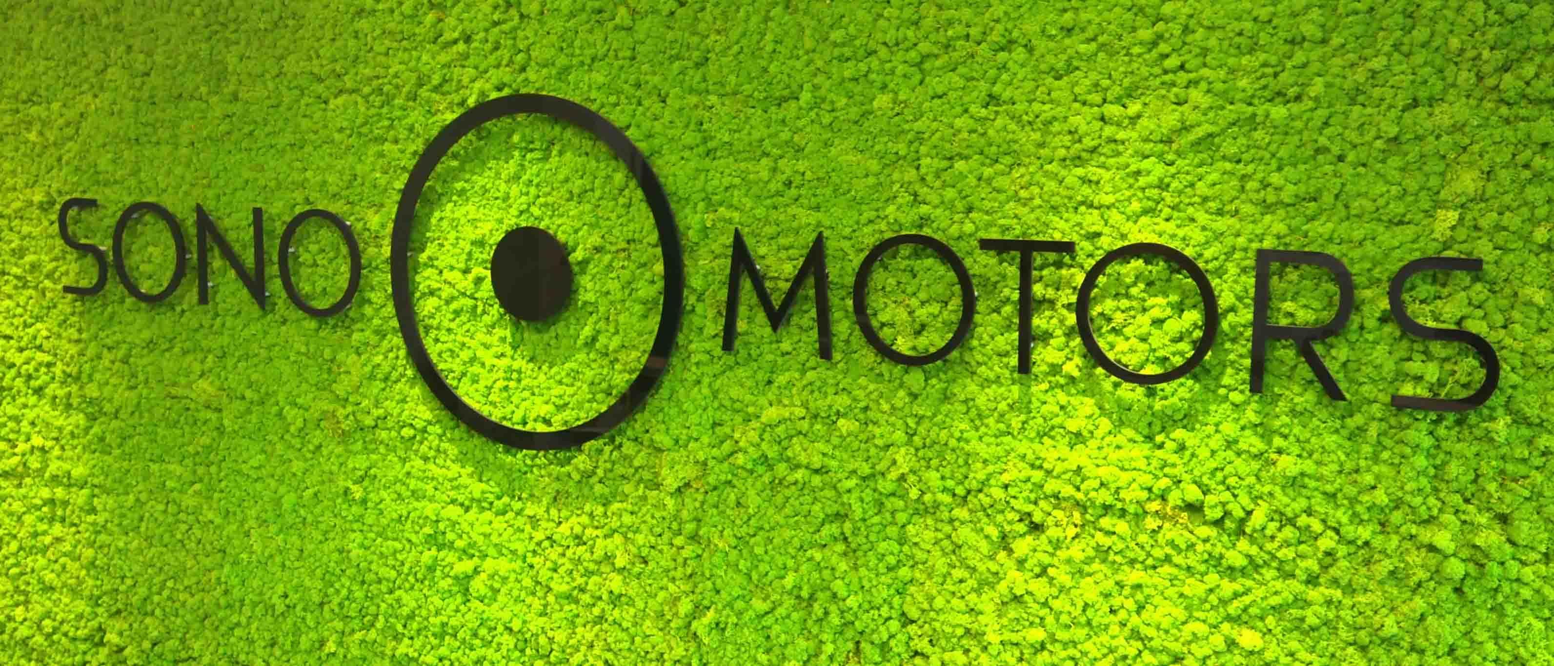 Sono Motors-Logo im Empfangsbereich des Elektroauto-Herstellers